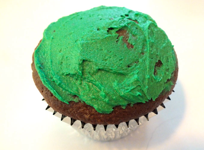 Apply a thin layer of green buttercream frosting