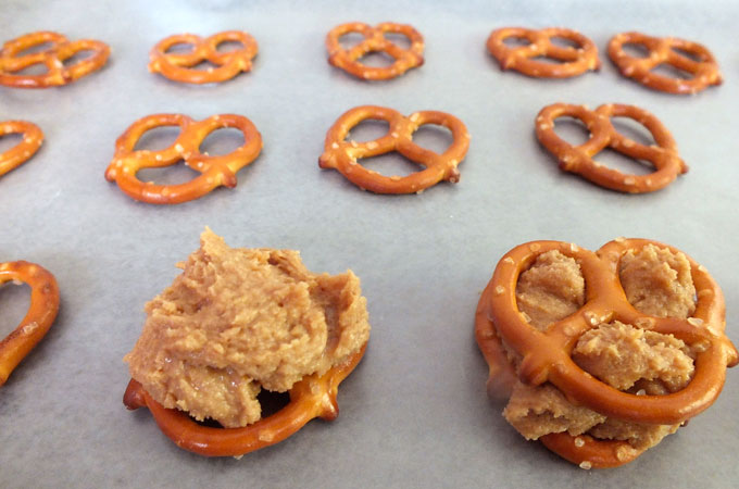 Add mixture to pretzels