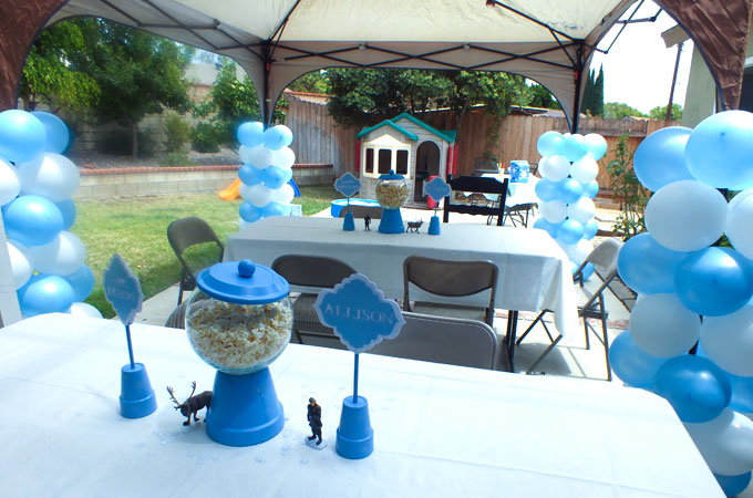 Do you need Disney Frozen Party Decoration Ideas? We have them here including Frozen Birthday Party centerpieces, balloons. water station and DIY ruffled streamers. Follow us for more amazing Frozen Party Ideas.