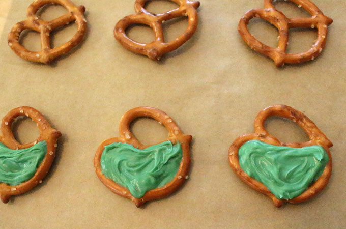 Fill pretzels with green candy melts
