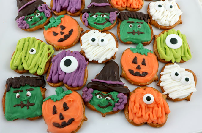 Halloween Pretzel Bites - you'll only need candy melts and pretzels to make these spooky, sweet and salty Halloween treats. We have step by step instructions on how to make this fun Halloween Dessert for this year's Halloween Party. Pin this easy Halloween Candy for later and follow us for more great Halloween Food Ideas.