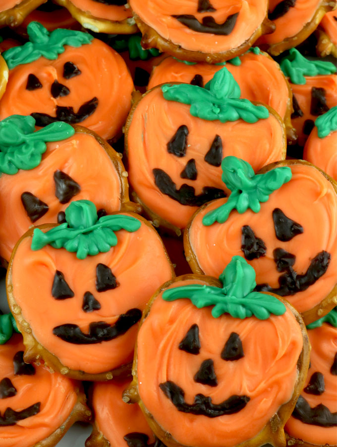 Pumpkin Pretzels - you'll only need pretzels and candy melts to make these adorable sweet and salty Jack O' Lantern Halloween treats. We have step by step instructions on how to make this fun Halloween Dessert for this year's Halloween Party. Pin this easy Halloween Candy for later and follow us for more great Halloween Food Ideas.
